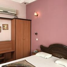 Hotel D R International in Kardhan