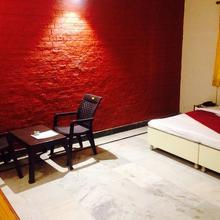 Hotel Garden View Resort in Dhanauli