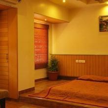 Hotel Orient Crown in Vadgaon Kasba