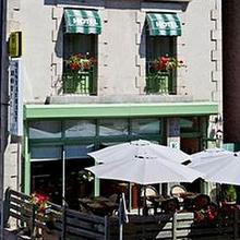 Logis Hôtel Le Relais Des Remparts in Coltines