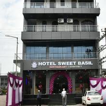Sweet Basil Hotel and Restaurant in Rawalsar