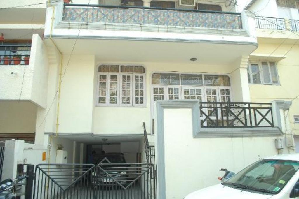 3-BR stay in Hauz Khas, by GuestHouser in New Delhi