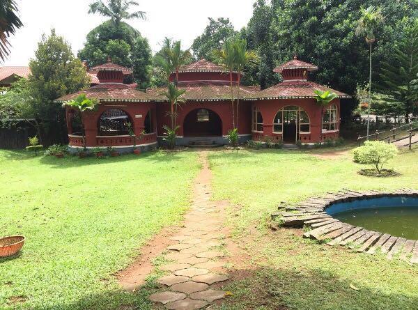 Kerala hotel in Kizhake Chālakudi