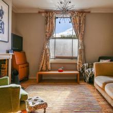 2 Bedroom House With Garden - Sleeps 6 in London