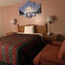 99 Palms Inn & Suites in Tulare