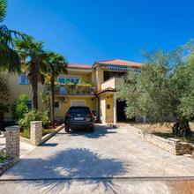 Apartments Iztok in Materada