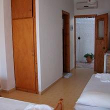 Aronis Apartments in Chlomos