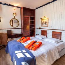 Boat Hotel De Barge in Bruges