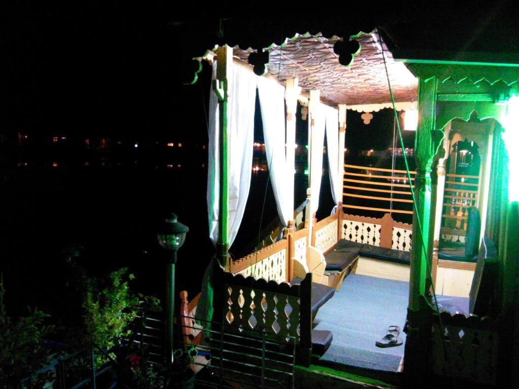 Boat House Robinhood in Srinagar