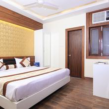 Capital O 14886 Hotel Royal Paradise in Rahimabad