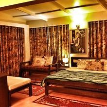 Club-10 Pine Lodge in Mukteshwar