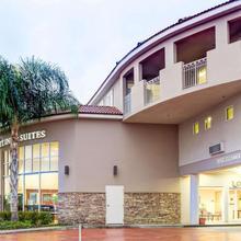 Comfort Inn & Suites Near Universal - North Hollywood – Burbank in San Fernando