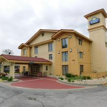 Days Inn & Suites By Wyndham Schaumburg in Des Plaines