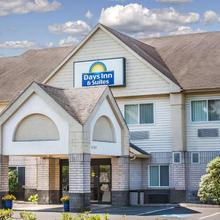 Days Inn & Suites By Wyndham Vancouver in Portland
