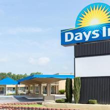 Days Inn By Wyndham Washington in Washington