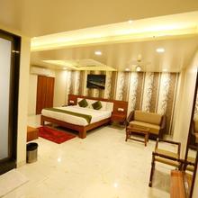 De Grandeur Hotel & Banquets in Shelar