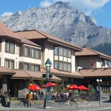 Elk + Avenue Hotel in Banff