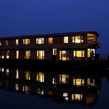 Grand Nirvana Jacuzzi Houseboat in Punnappira