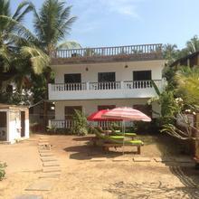 Happy Feet Guest House in Shiroda
