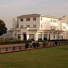 Hari Niwas Palace in Karli
