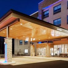 Holiday Inn Express & Suites Chicago North Shore - Niles in Des Plaines