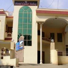 Hotel Cedar Valley in Chira