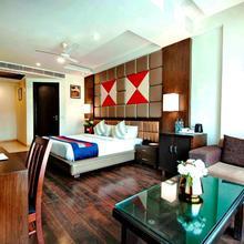 Hotel Golf View Suites in Dera Mandi
