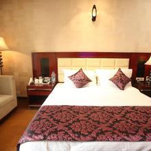 Hotel LA in Bisharatganj
