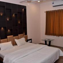 Hotel Paradise in Ahmednagar
