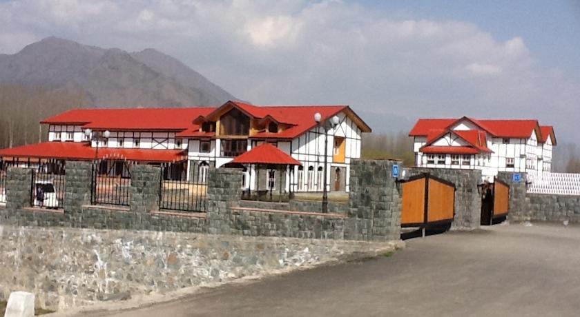 Hotel Pine Spring Nowgam in Durgjan