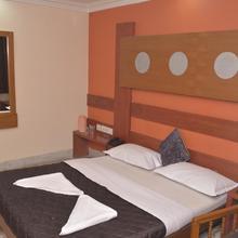 Hotel Sky Park in Thadikombu