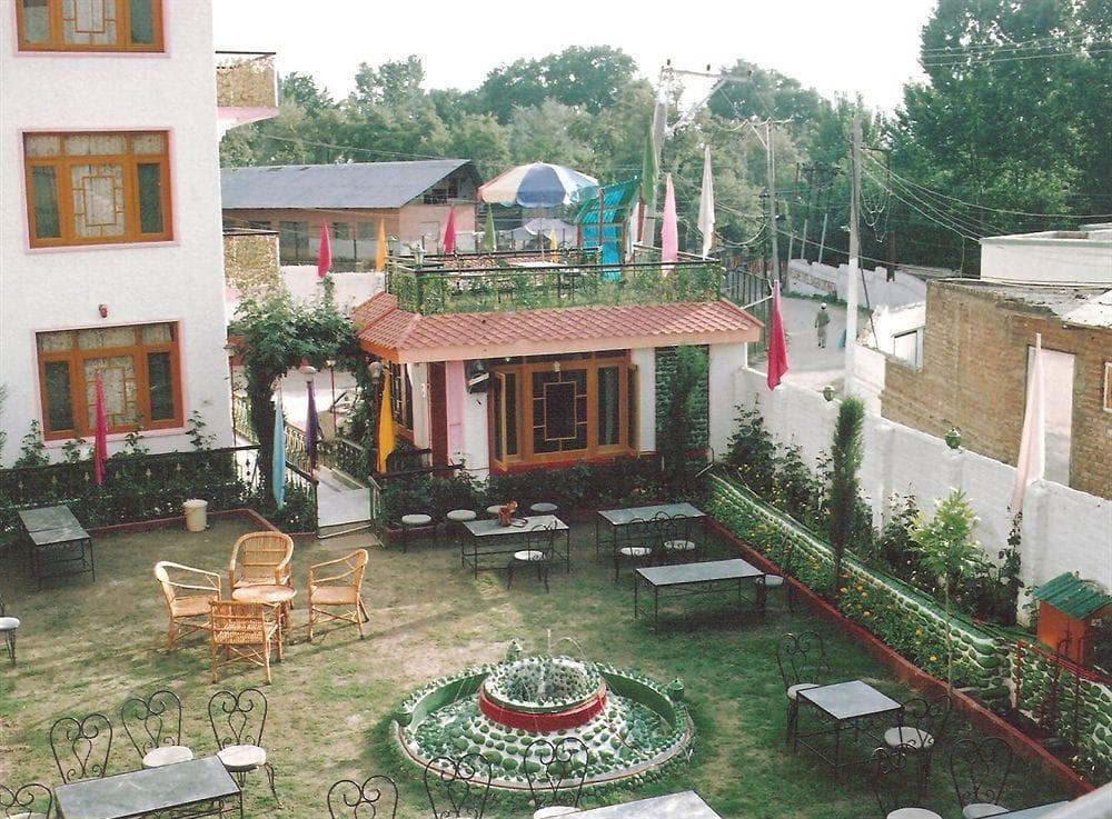 Hotel Zahgeer Continental, Srinagar in Karapur