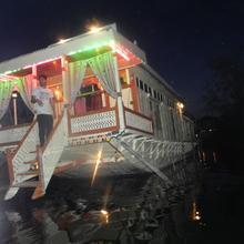 Houseboat Freedom in Srinagar