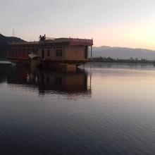 Houseboat Omars Ruby Yacht in Srinagar