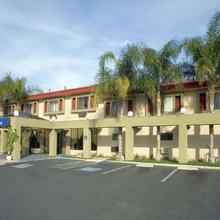 Howard Johnson By Wyndham Reseda Hotel & Suites in San Fernando