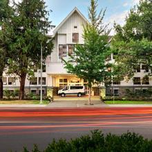 Huntingdon Manor Hotel in Victoria
