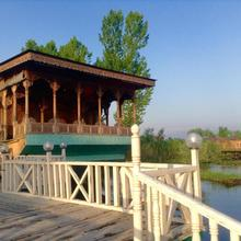kashmir treat group of houseboats in Srinagar
