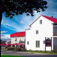 La Grange aux Hiboux Gîte et Restaurant B&B in La Baie