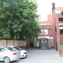 Little Chef Hotel in Kanpur
