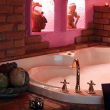 Mariaggi's Theme Suite Hotel & Spa in Winnipeg