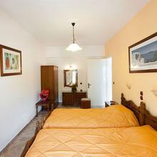 Marina Apartments in Chlomos