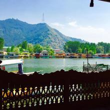 New Sea Palace Houseboats in Srinagar