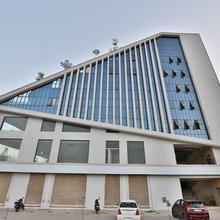 Oyo 13033 Hotel Raadhe in Gandhinagar