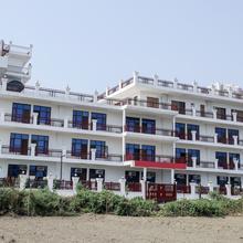 OYO 23018 Hotel Expo Suites in Dadri