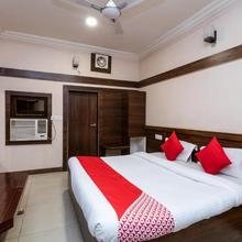 OYO 33406 Hotel Paras in Madan Mahal