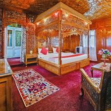 OYO 37933 Golden Privilege Houseboat in Khir Bhawani