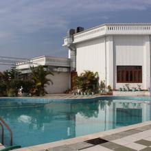 Oyo 4288 Hotel Padmini Palace in Bullawala