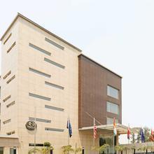 OYO 5246 H Carlton Hotel in Dhauj