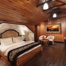 Pine Tree Spa Resort in Mangpu