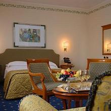Plaza Hotel in Sambruson